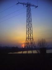 Słup elektryczny, w tle Bagry