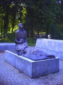 Pomnik ku czci zamordowanych w 1940 roku, znajdujący się w parku im. Słowackiego we Wrocławiu - ujęcie 1.