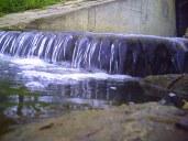 Nie, to nie wodospad - to strumyczek wpadający do stawu Kajaki w Środzie Śląskiej