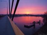 Most Milenijny okazał się świetnym miejscem do podziwiania wschodu.