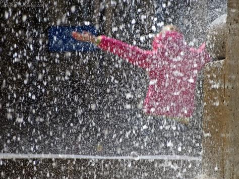 Scena złapana pod fontanną na placu Jana Pawła II we Wrocławiu