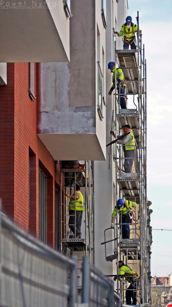 Ostatnie szlify elewacji nowych budynków przy ul. Kościuszki (obok ul. Dworcowej).