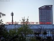 Akademiki Uniwersytetu Ekonomicznego we Wrocławiu, a w tle Sky Tower