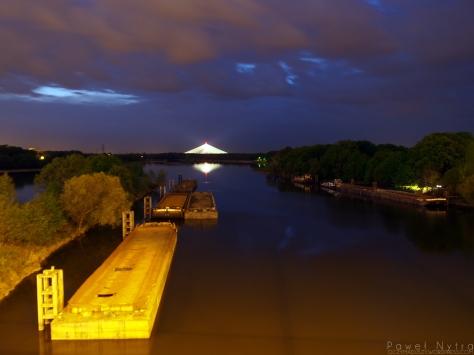 Zimowisko barek na Odrze nocą, widziane z mostu Milenijnego