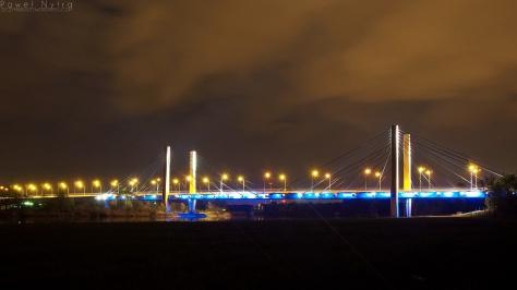 Most Milenijny nocą, widziany z brzegu Odry