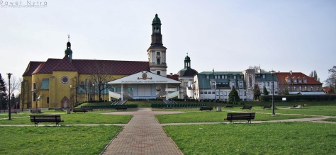 Ołtarz polowy na placu pielgrzymkowym w Trzebnicy. W tle Bazylika św. Jadwigi.