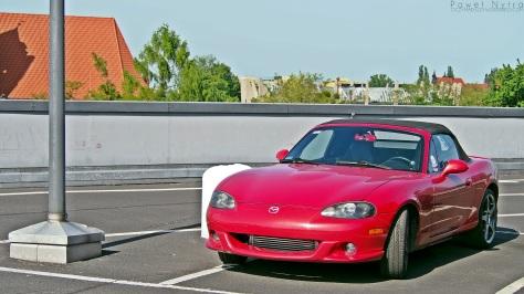 Mazda MX-5 II NB. W USA znana jako Miata, a w Japonii występuje pod nazwą Eunos Roadster.