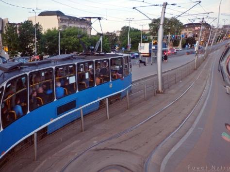 """Przystanek tramwajowy w odbiciu """"krzywego zwierciadła"""""""