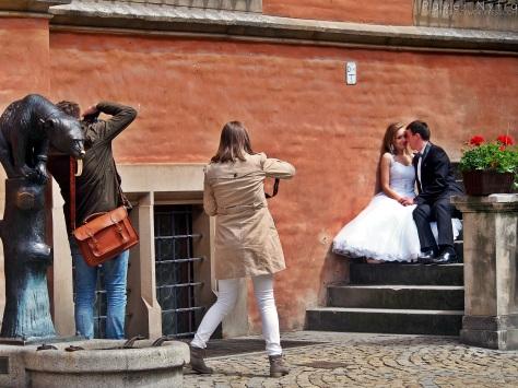 Ślubna sesja foto, złapane na wrocławskim rynku.