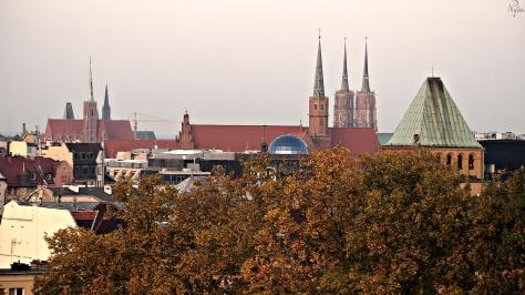Dachy centrum Wrocławia. W tle wieże katedry na Ostrowie Tumskim.