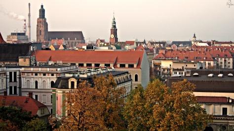 Wrocławskie stare miasto. Na horyzoncie Elektrociepłownia, Kościół Garnizonowy pw. Św. Elżbiety i Ratusz.
