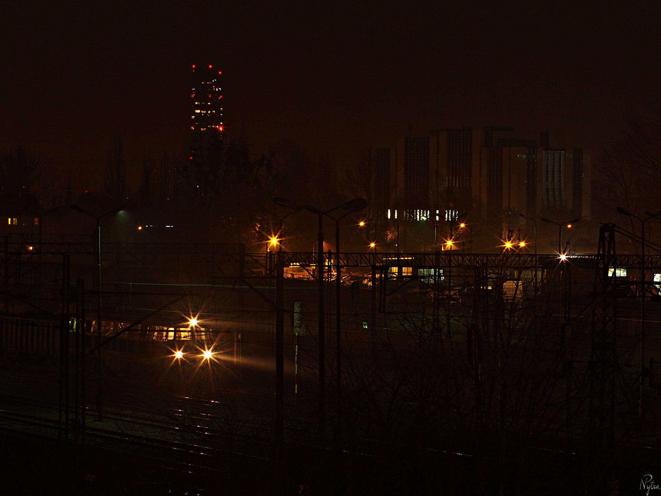 Pociąg towarowy, a w tle Sky Tower i biurowce.