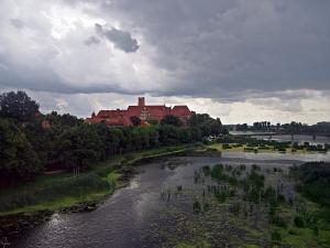 Zamek w Malborku na brzegu Nogatu.