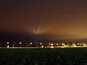 Śmigłowiec przelatujący w pobliżu wrocławskiego lotniska. W tle łuna z oświetlenia mostu Rędzińskiego. Czas ekspozycji: 25 sekund.